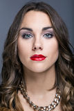 Młoda ładna kobieta Pracowniany moda portret zdjęcia stock
