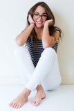Młoda ładna kobieta Pracowniany moda portret zdjęcie stock
