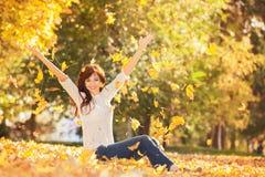 Młoda ładna kobieta relaksuje w jesień parku Piękno natury sc zdjęcia stock