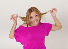 Młoda ładna kobieta robi śmiesznym twarzom zdjęcie stock