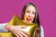 Młoda ładna kobieta trzyma gwiazdę kształtował balon Wakacyjny pojęcie obrazy stock