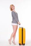 Młoda ładna kobieta uśmiecha się podróży skrzynkę i trzyma Obraz Royalty Free