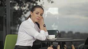 Młoda ładna kobieta w ulicznej kawiarni z filiżanką zbiory