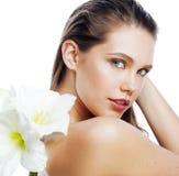 Młoda ładna kobieta z Amarilis kwiatu zakończeniem up Zdjęcia Stock