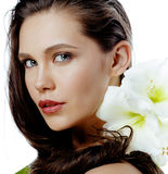 Młoda ładna kobieta z Amarilis kwiatu zakończeniem up odizolowywającym na bielu Obraz Royalty Free