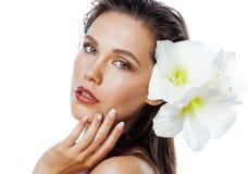 Młoda ładna kobieta z Amarilis kwiatu zakończeniem up odizolowywającym na bielu Fotografia Stock
