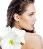 Młoda ładna kobieta z Amarilis kwiatu zakończeniem up odizolowywającym na bielu Obrazy Royalty Free