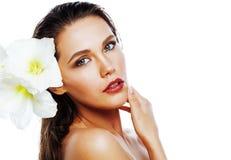Młoda ładna kobieta z Amarilis kwiatu zakończeniem up odizolowywającym na wh Zdjęcie Royalty Free