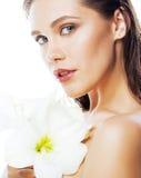 Młoda ładna kobieta z Amarilis kwiatu zakończeniem up odizolowywającym na wh Obrazy Stock