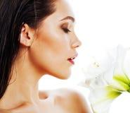 Młoda ładna kobieta z Amarilis kwiatu zakończeniem up odizolowywającym na wh Obraz Stock