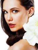 Młoda ładna kobieta z Amarilis kwiatu zakończeniem up odizolowywającym na wh Fotografia Stock