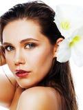 Młoda ładna kobieta z Amarilis kwiatu zakończeniem up odizolowywającym na wh Zdjęcia Royalty Free