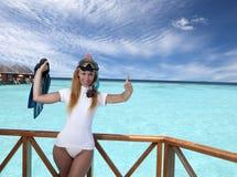 Młoda ładna kobieta z flippers, maską i tubką Maldives obrazy stock