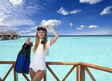 Młoda ładna kobieta z flippers, maską i tubką Maldives zdjęcie royalty free