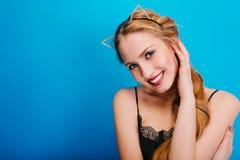 Młoda ładna kobieta z pięknym uśmiechem, niebieskie oczy, ładna skóra, wyczulony spojrzenie przy przyjęciem, maskarada, karnawał, fotografia stock