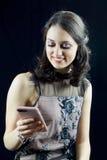 Młoda ładna kobieta zabawę z telefonem Obraz Royalty Free