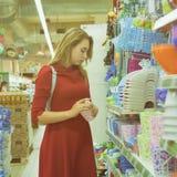 Młoda ładna kobieta, zakupy, centrum handlowe Zdjęcia Stock