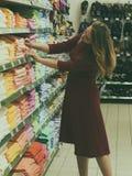 Młoda ładna kobieta, zakupy, centrum handlowe Obrazy Stock