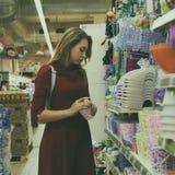 Młoda ładna kobieta, zakupy, centrum handlowe Zdjęcia Royalty Free