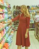 Młoda ładna kobieta, zakupy, centrum handlowe Zdjęcie Royalty Free