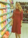 Młoda ładna kobieta, zakupy, centrum handlowe Fotografia Stock