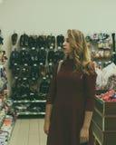 Młoda ładna kobieta, zakupy, centrum handlowe Obraz Royalty Free