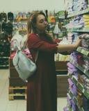Młoda ładna kobieta, zakupy, centrum handlowe Zdjęcie Stock