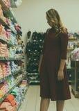 Młoda ładna kobieta, zakupy, centrum handlowe Obraz Stock