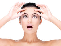 Młoda ładna kobiety ściśnięcia skóra na czole zdjęcie stock