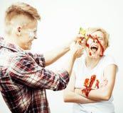 Młoda ładna para, stylu życia pojęcia ludzie: dziewczyna i chłopak gotuje wpólnie, mieć zabawę, robi bałaganowi Zdjęcia Royalty Free