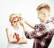Młoda ładna para, stylu życia pojęcia ludzie: dziewczyna i chłopak gotuje wpólnie, mieć zabawę, robi bałaganowi Obrazy Stock