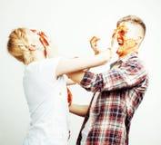 Młoda ładna para, stylu życia pojęcia ludzie: dziewczyna i chłopak gotuje wpólnie, mieć zabawę, robi bałaganowi Zdjęcie Stock