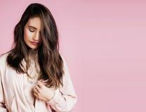 Młoda śliczna dyskoteki dziewczyna uśmiecha się uroczego emoci copyspace na różowym tle, stylu życia pojęcia ludzie Obraz Stock
