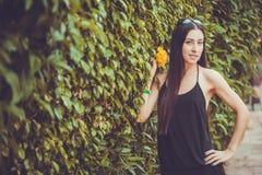 Młoda śliczna kobieta pozuje w zielonym parku Fotografia Stock
