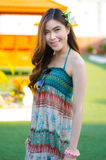 Młoda śliczna lato dziewczyna na zielonej trawie Obrazy Royalty Free