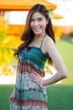 Młoda śliczna lato dziewczyna na zielonej trawie Obrazy Stock