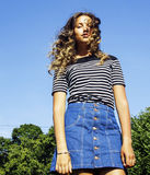 Młoda śliczna lato dziewczyna na zielonej trawie na zewnątrz relaksującego uśmiechniętego zakończenia w górę pogodnego wakacje, s Fotografia Stock