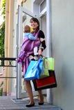 Młoda śliczna matka z dzieckiem w temblaku Zdjęcia Stock