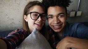 Młoda śliczna szczęśliwa para, atrakcyjna caucasian dziewczyna, przystojny oliwkowy facet, i podczas gdy patrzejący zbiory wideo