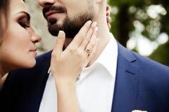 Młoda ślub para cieszy się romantycznych momenty Zdjęcia Royalty Free