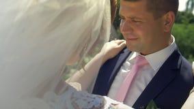 Młoda ślub para cieszy się romantycznych momenty outside na lato łące zbiory