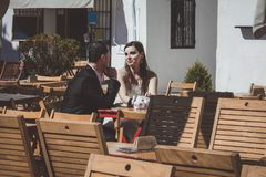 Młoda ślub para na ich dzień ślubu, relaksujący w barze i mieć piwo obraz stock