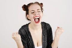Młoda śmieszna modniś kobieta pokazuje jęzor, krzyczeć i niespodziankę z śmieszną emoci twarzą, Obrazy Royalty Free