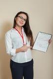 Młoda żeńska księgowa pokazuje księgowość dokumenty Obrazy Royalty Free