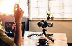 Młoda żeńska vlogger nagrania zawartość dla jej vlog podczas gdy editin zdjęcie royalty free