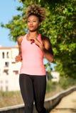 Młoda afro amerykańska kobieta biega outdoors w ranku Fotografia Stock