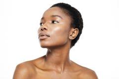 Młoda afro amerykańska kobieta patrzeje daleko od Obrazy Stock