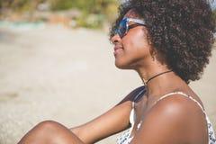 Młoda afro amerykańska kobieta relaksuje na plaży Zdjęcia Stock