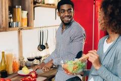 Młoda afroamerykańska pary narządzania sałatka w kuchni obraz stock