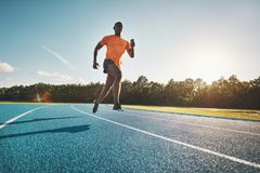 Młoda Afrykańska atleta biec sprintem w dół działającego ślad fotografia royalty free